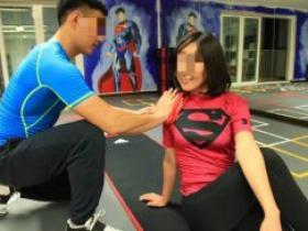 健身房男私教和女学员哪些羞羞的动作