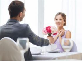 和女生聊天很尴尬不知道说?教你然后跟女生聊天不尬聊